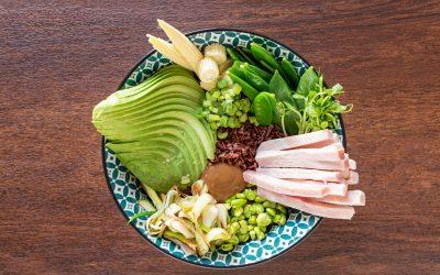 Poke estiva di riso rosso con prosciutto cotto, germogli e ortaggi di stagione