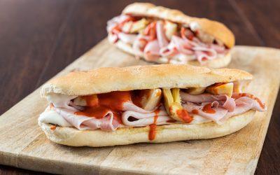 La pausa golosa: panino con prosciutto e crema di peperoni